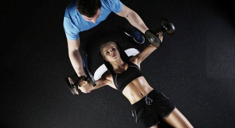 Donna che si allena con personal trainer