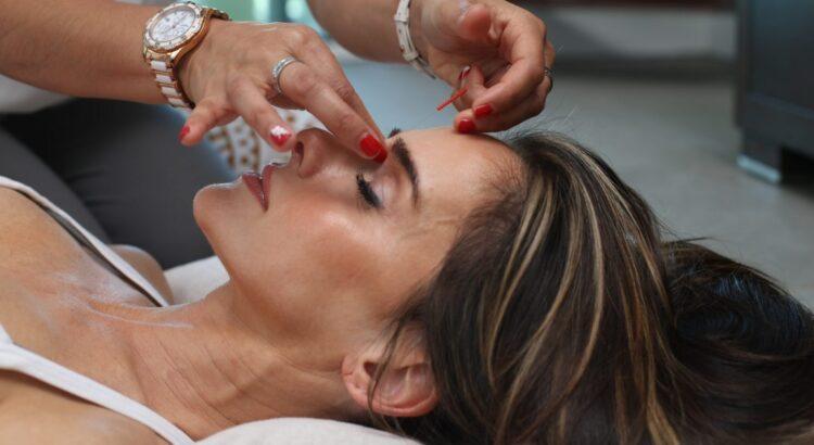 Donna che si sottopone alla biorivitalizzazione viso
